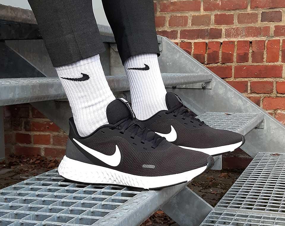 Nike Revolution Running Sneaker für Damen, Herren und Kinder