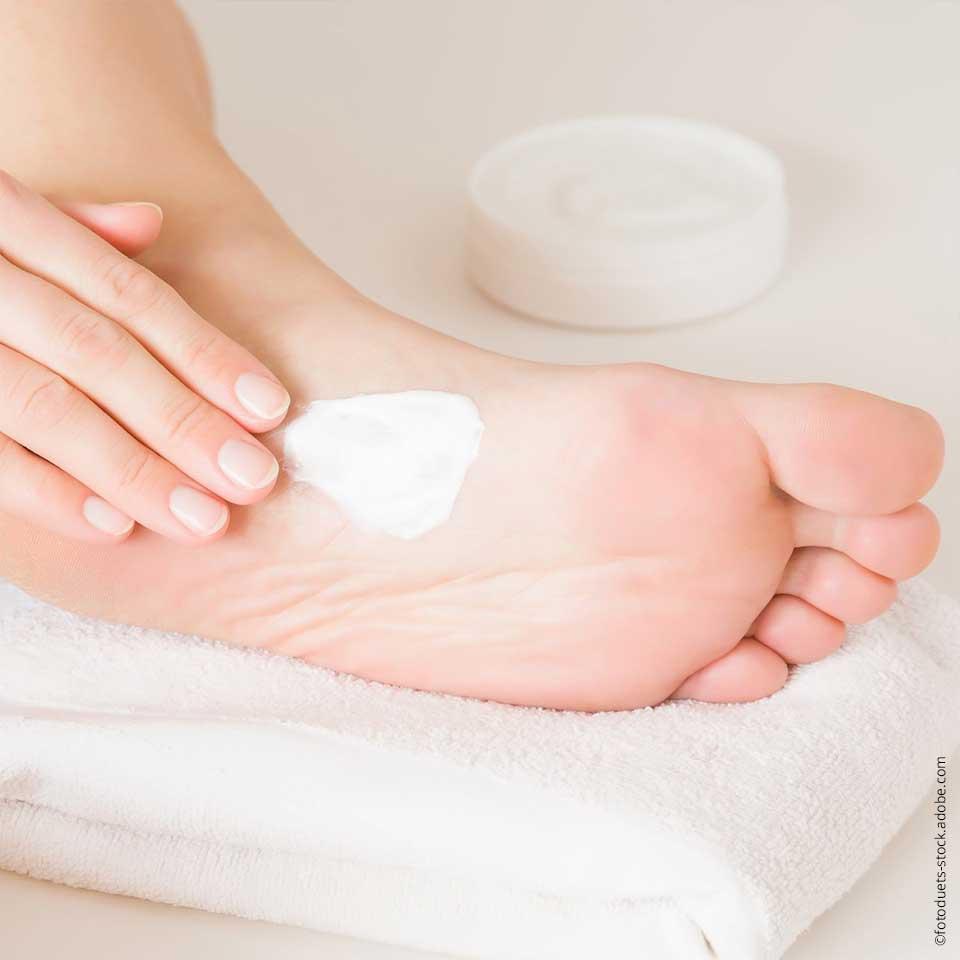 Viele Fußbeschwerden lassen sich durch einfache Maßnahmen wie regelmäßiges Eincremen lindern